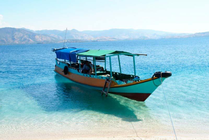 Indonesia-barco-Asia-Viajes_de_Aventura_en_Grupo-Viajes_Alternativos_en_Grupo-Viajar_Solo-Viaje_Mochilero-3000KM